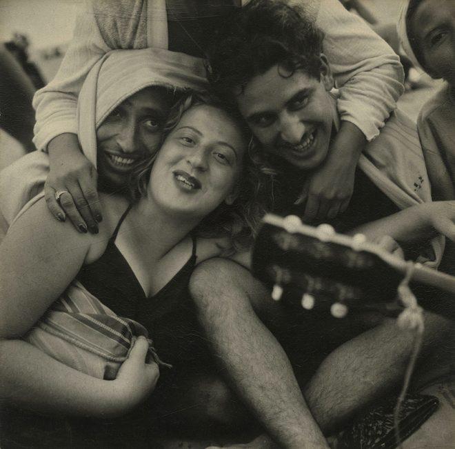 Sid Grossman* Coney Island (couple embracing), 1947 Gelatin silver print © Howard Greenberg Gallery, New York
